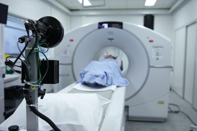 Udar mózgu to zagrażający życiu stan, w którym dochodzi do obumarcia części mózgu w wyniku zatrzymania dopływu krwi do jego tkanek. Znajomość znaków ostrzegawczych, które świadczą często o udarze mózgu, mogą wiele zmienić. Podczas udaru liczy się każda minuta. Szybkie leczenie może zmniejszyć uszkodzenia mózgu, które może spowodować udar.Znając oznaki i objawy udaru mózgu, możesz podjąć szybkie działania i być może uratować życie - może nawet własne!Warto poznać kilka oznak, które zdaniem lekarzy mogą świadczyć o udarze mózgu.Te objawy mogą wskazywać na udar mózgu. Oto najważniejsze oznaki, których nie wolno lekceważyć >>>>>