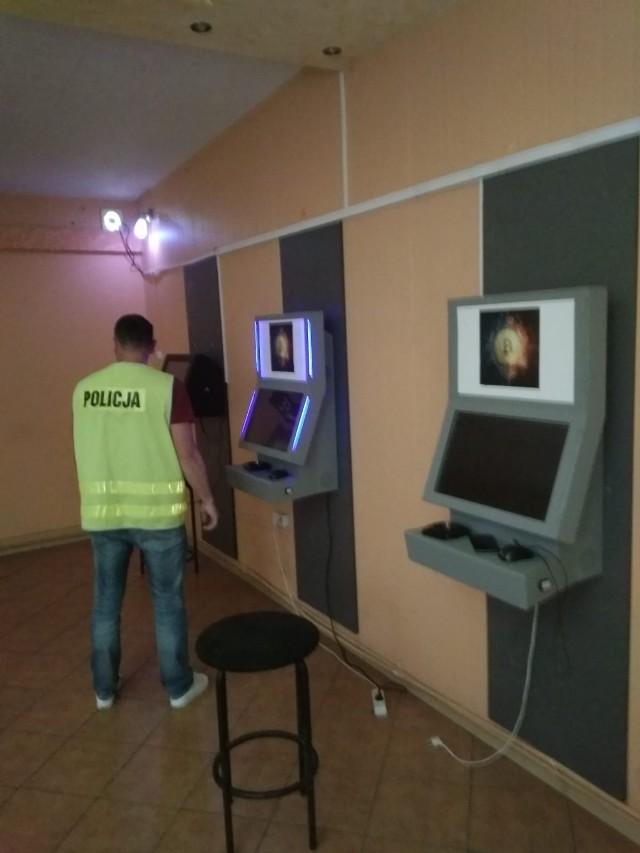Policjanci z Komendy Powiatowej Policji w Golubiu-Dobrzyniu wraz z funkcjonariuszami Kujawsko-Pomorskiego Urzędu Celno-Skarbowego w Toruniu wycofali trzy maszyny, na których prowadzony był nielegalny hazard