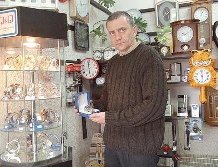 Już za 35 zł można kupić zegarek, którego mechanizm wcale nie jest gorszy od znanych marek - twierdzi Waldemar Popiak, właściciel zakładu zegarmistrzowskiego