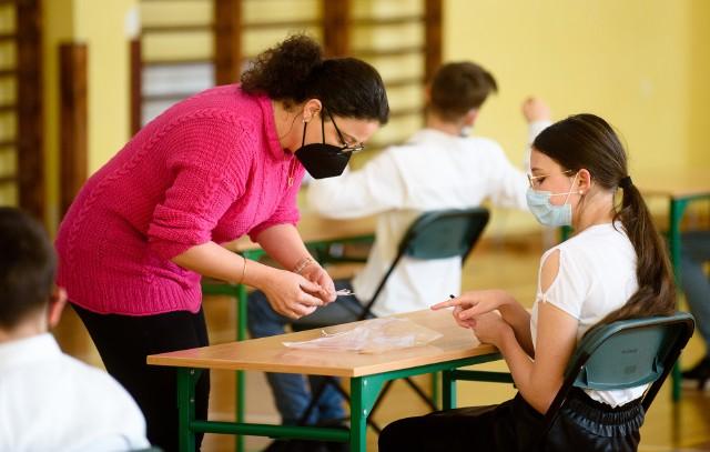 W bieżącym 2021 roku próbny egzamin ósmoklasisty, przygotowany przez CKE, odbywał się w reżimie sanitarnym