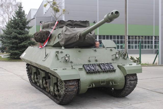 Wojskowe Zakłady Motoryzacyjne w Poznaniu przekazały do Muzeum Broni Pancernej brytyjski niszczyciel czołgów Achilles. To jedyny egzemplarz muzealny w kraju - do tego jeżdżący! Z tych pojazdów w czasie II wojny światowej korzystali między innymi polscy żołnierze. Przejdź dalej i zobacz kolejne zdjęcia --->