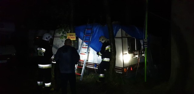 Do zdarzenia doszło w nocy z soboty na niedzielę, kiedy nad Lubniewicami przechodziła gwałtowna burza.Strażacy ochotnicy z Lubniewic otrzymali zgłoszenie, że na jednym z ośrodków wypoczynkowych złamany konar drzewa spadł na przyczepę campingową. Po przybyciu na miejsce strażacy zobaczyli, że pokaźnych rozmiarów gałąź faktycznie spadła na wspomnianą przyczepę i przebijając jej dach wpadła wprost do wnętrza części sypialnej gdzie przebywali ludzie.Mieli oni ogromne szczęście, bo choć mogło się to zakończyć tragicznie, na szczęście nikt nie został poszkodowany.Strażacy OSP w Lubniewicach usunęli konar z wnętrza przyczepy, a następnie zabezpieczyli uszkodzony dachu przyczepy. Cała akcja trwała blisko godzinę.W związku z tym zdarzeniem strażacy przypominają o zagrożeniach jakie niosą za sobą niebezpieczne zjawiska pogodowe, jak również o zasadach bezpiecznego zachowania kiedy już jesteśmy ich świadkami.K.K. Naczelnik OSP LubniewiceZobacz też: kłopotliwy zjazd z S3. Interweniuje radny i poseł. A kierowcy marzą tutaj o rondzieDetektyw Rutkowski stanął przed sądem w Gorzowie