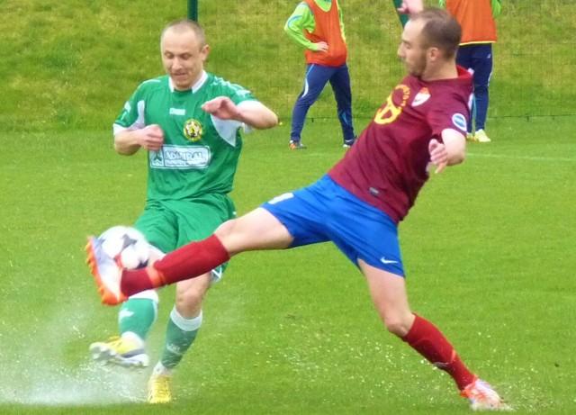 Mocno nasiąknięta wodą murawa nie ułatwiała zadania graczom obu drużyn.