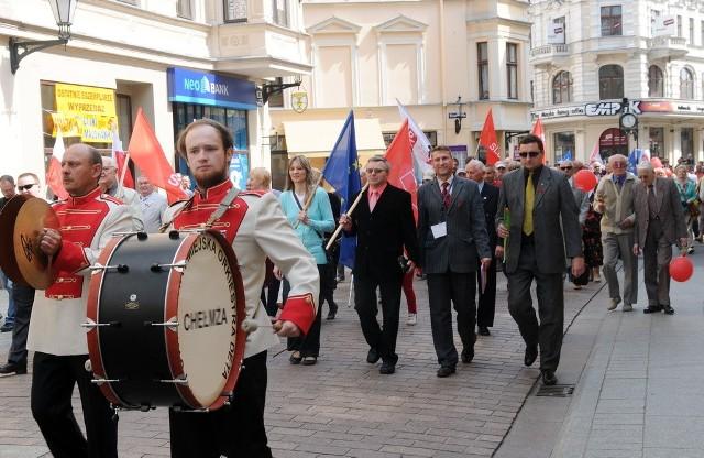 Politycy lewicowych ugrupowań przeszli ulicami Torunia w 1 majowym pochodzie