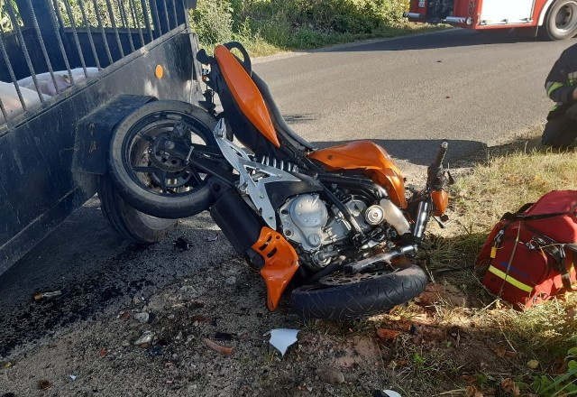 W wypadku motocyklu z ciągnikiem rolniczym ranny został młody motocyklista