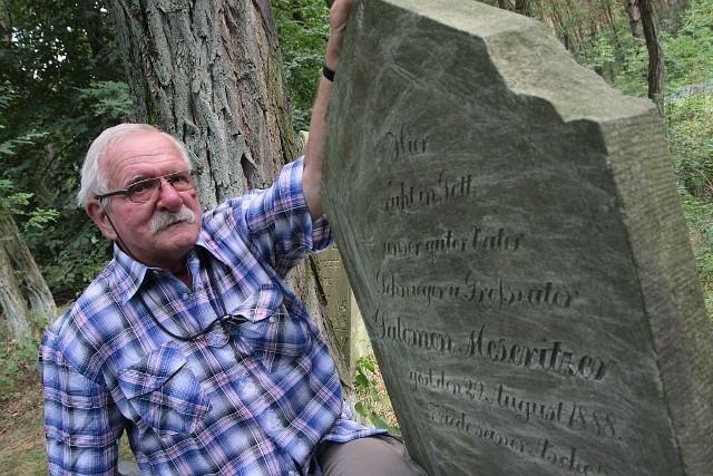 Regionalista z Międzyrzecza Ryszard Patorski przy grobie Salomona Meseritzera na cmentarzu żydowskim w Trzcielu.