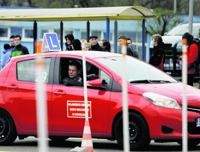 Ranking szkół nauki jazdy: Ze statystyk wynika, że niska zdawalność egzaminu na prawo jazdy, to polski fenomen. W Irlandii i Szwecji zdawalność za pierwszym razem przekracza 50, a w Niemczech aż 70 proc.