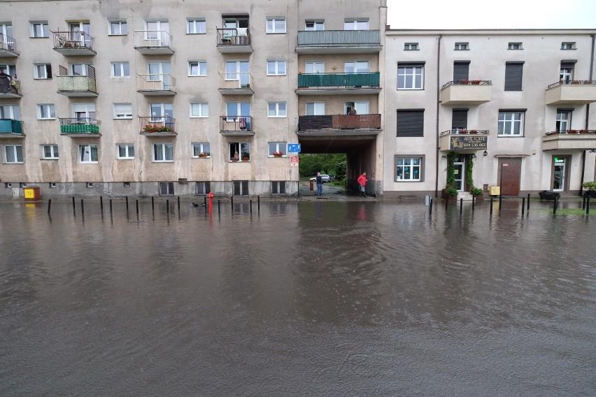 W niektórych budynkach po burzy zostają zalane piwnice.