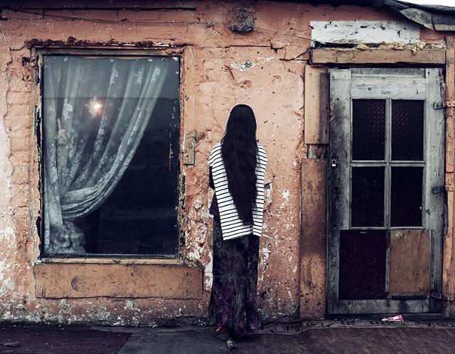 """Zdjęcie Adama Lacha z romskiego koczowiska we Wrocławiu wyróżniono w konkursie """"Pictures of the Year"""""""