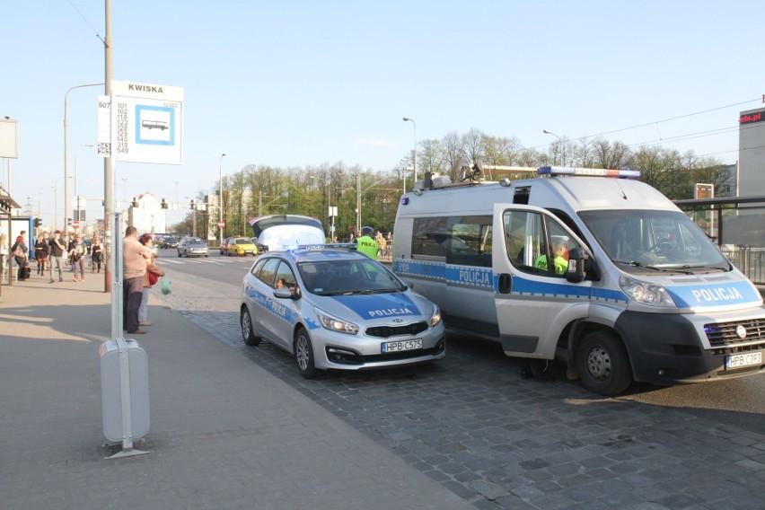 Wypadek na Legnickiej. Dwie osoby wbiegły pod tira [ZDJĘCIA]