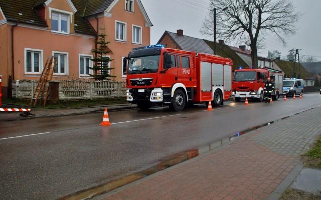 W jednym z budynków mieszkalnych w Karżcinie doszło do pożaru sadzy w kominie. Na miejscu zdarzenia pracowali strażacy, którzy  uporali się z zagrożeniem i wystawili zakaz używania urządzeń grzewczych podłączonych do komina.