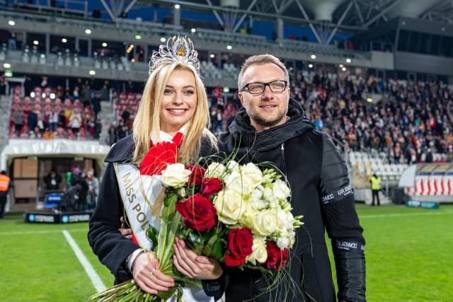 W niedzielę podczas meczu z Cracovią piłkarzy ŁKS wspierał komplet widzów. Wśród nich najpiękniejsza Polka, Karolina Bielawska.