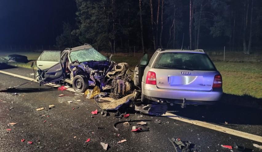 W niedzielę, 27 września, tuż przed 22, doszło do poważnego wypadku na S10 pod Toruniem. Zderzyło się aż pięć pojazdów. W wypadku zginęła jedna osoba. To młoda dziewczyna. Policjanci wyjaśniają okoliczności tego zdarzenia pod nadzorem prokuratury.