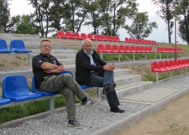 Prezes Stanisław Czepiel (pierwszy z prawej): - Nowoczesne trybuny wzbogacają infrastrukturę piłkarską, która może otworzyć w przyszłości drogę awansu drużyny LZS Niwnica - Konradowa na wyższy szczebel rozgrywek.