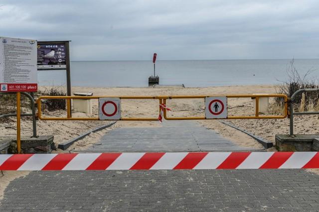 Władze Sopotu reagują na nowe obostrzenia wprowadzone przez rząd i odgradzają wejścia na plaże i do parków.