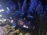 Kierowca wjechał do przydrożnego rowu. Zamknął się w aucie przed policją
