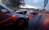Wypadek na przejściu dla pieszych przy mostach Jagiellońskich. Zderzyły się dwa samochody (ZDJĘCIA)