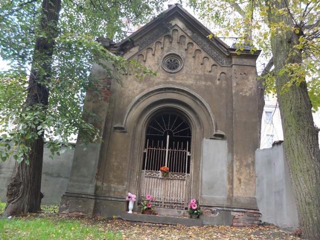 Kaplica grobowa rodziny Bayerów. Byli do 1945 roku znanymi opolskimi cukiernikami.