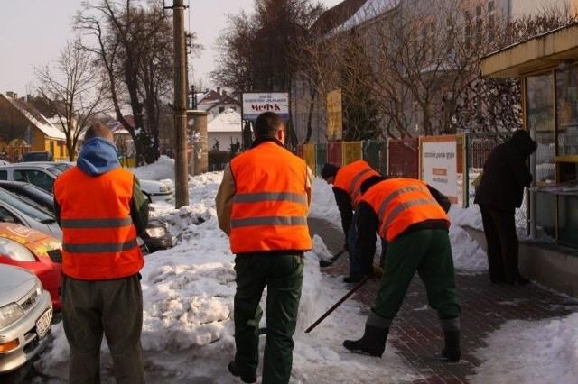 Skazani z zakładu karnego odśnieżają chodniki w Nowogardzie.