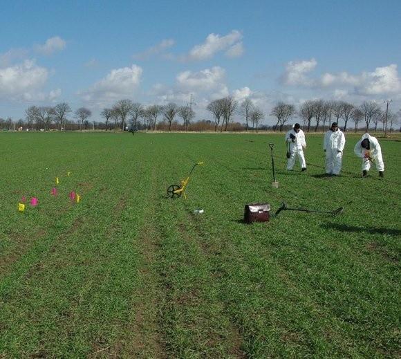 Ludzkie kości znaleziono w dwóch miejscach koło Kamienia i Dziwnowa. Ich obecność w ziemi wykazało specjalne urządzenie.