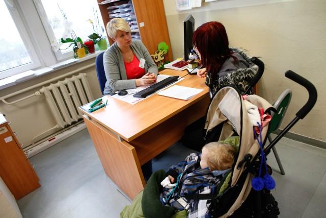 Rząd nie zaprzestaje starań o poprawę dzietności w Polsce. Program Rodzina 500 plus nie przyniósł pod tym względem wymiernych efektów. Czy lekarstwem na niż demograficzny będzie program Mama 4 plus? Rodzice czwórki dzieci mogą otrzymać nawet tysiąc złotych. Jakie trzeba spełnić warunki? Sprawdźcie szczegóły poniżej lub w galerii!  Czytaj dalej. Przesuwaj zdjęcia w prawo - naciśnij strzałkę lub przycisk NASTĘPNE