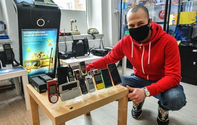 Muzeum Telefonów Komórkowych Bydgoszcz jest gotowe na otwarcie i czeka już na pierwszych gości w najbliższą sobotę i niedzielę (8 i 9 maja 2021 r.) - rezerwacje na www.muzeumkomorek.pl. Na zdjęciu Hubert Fiałkowski, współtwórca muzeum