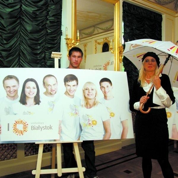 Dwójka z szóstki bohaterów kampanii Białegostoku (od lewej): Mariusz Gogol piłkarz Jagiellonii i Jolanta Szczygieł-Rogowska z Muzeum Historycznego