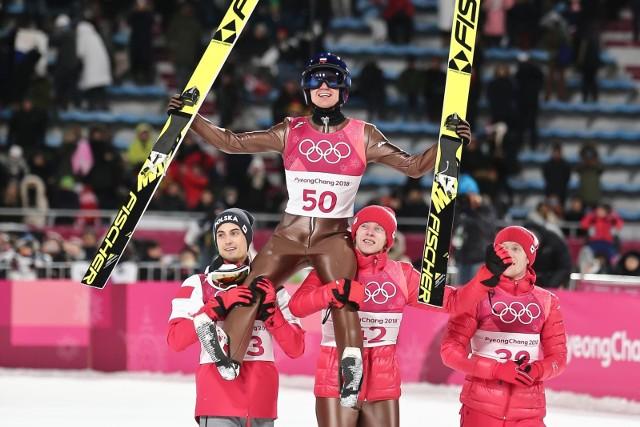 Skoki narciarskie Pjongczang 2018: już w poniedziałek, 19 lutego, w Pjongczang, odbędzie się konkurs drużynowy w skokach. Podczas zimowej olimpiady nasi skoczkowie jak do tej pory zdobyli jeden medal - na dużej skoczni złoto wywalczył rewelacyjny Kamil Stoch