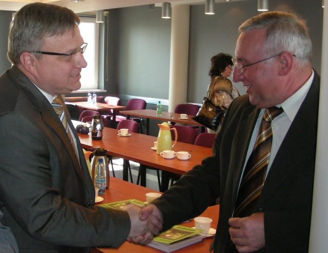 2009 rok. Rada powiatu zdecydowała o sprzedaży Optimie akcji PCM. Jarosław Okrągły gratuluje wicestaroście Skibie.