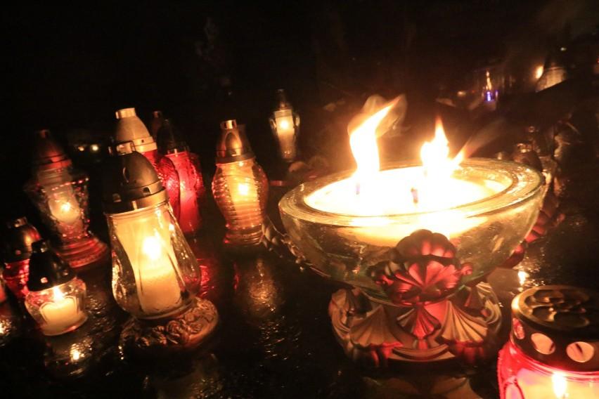 Rząd rozważa wprowadzenie dodatkowego wolnego w okolicy 1 listopada, tak by rozłożyć wizyty na cmentarzach w czasie Wszystkich Świętych.