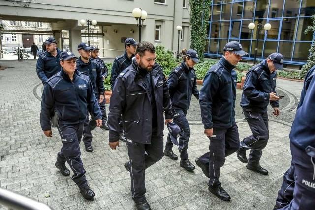 Tłum policjantów w poznańskim sądzie. Chcieli wesprzeć koleżankę