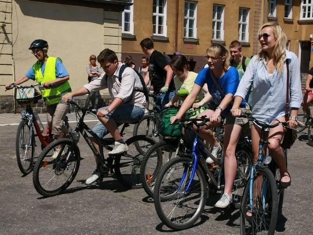 Podczas startu uczestnikom Rowerowego Poselstwa towarzyszyła grupa młodzieży.