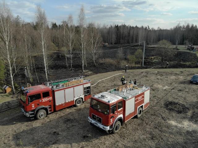 Dwa zastępy OSP Supraśl zostały zadysponowane 20 kwietnia po godz. 16 do pożaru traw niedaleko miejscowości Zasady. Zdjęcia pochodzą z fanpejdża OSP Supraśl
