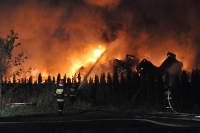 Pożar złomowiska samochodów w Warcie w powiecie sieradzkim. Kilkanaście zastępów straży pożarnej walczyło z ogniem (zdjęcie ilustracyjne)