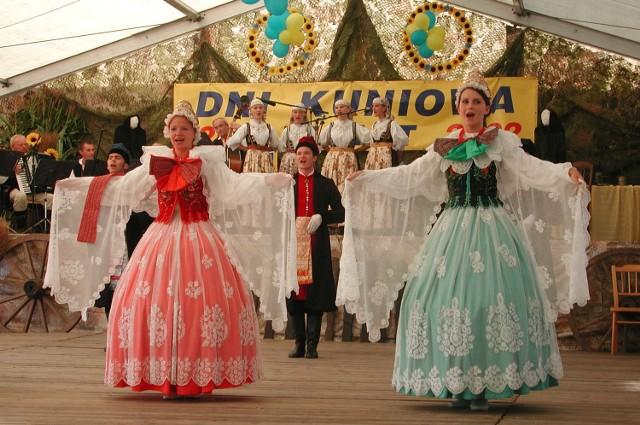 """Podczas Dni Kuniowa dla mieszkanców i gości zatańczyli i zaśpiewali """"Modrzewiacy""""."""