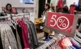 Letnie wyprzedaże w sklepach - czerwiec 2020 - od kiedy? Zara, H&M, Mohito, Bershka, Reserved. Co i gdzie kupisz na promocji? [LISTA]