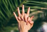 Wiosenne paznokcie hybrydowe 2021. Największe trendy i najmodniejsze wzory dla długich i krótkich paznokci. Zobacz inspiracje PINTEREST