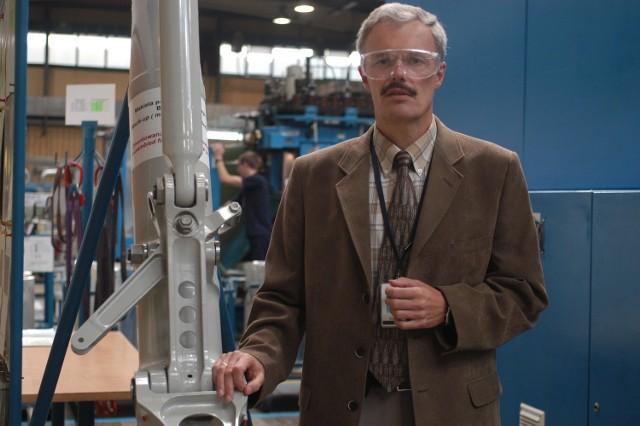 Jan Sawicki, prezes Goodrich Krosno obok podwozia do F-16 produkowanego w tym zakladzie.