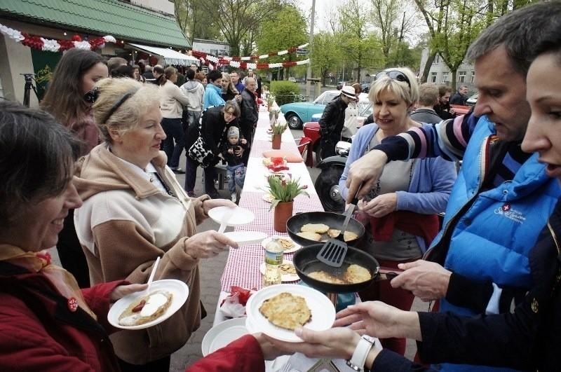 Sąsiedzki stół stanie na ulicy Marcelińskiej w Dzień Flagi