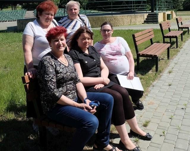 Maria Anciupiuk, Dorota Kulesza, Kinga Gąsowska - Szatałowicz (od lewej, siedzą) oraz Wiera Worowiczuk i Alina Szwarc uważają, że w ich mieście brakuje inwestycji