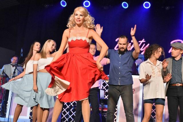 """Na scenie Teatru Letniego w Inowrocławiu wystawiono musical """"Tribute to Dirty Dancing"""""""