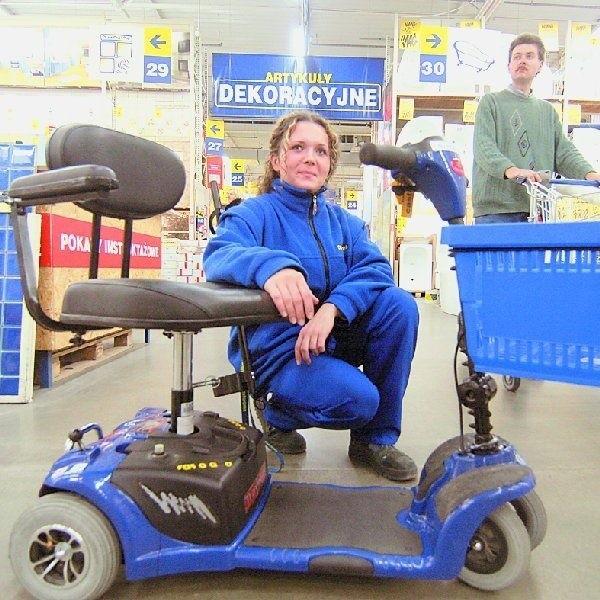 - Taki wózek ułatwia niepełnopsrawnym klientom poruszanie  się po sklepie - mówią sprzedawcy  w ?Castroramie?
