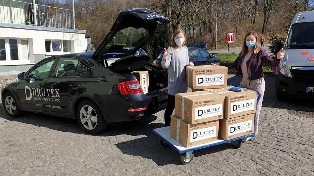 Firma Drutex kupiła maseczki.