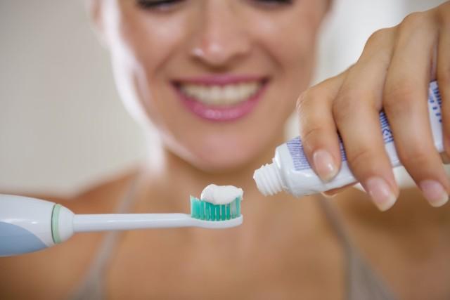 Prawie u wszystkich Polaków występuje próchnica, która zwiększa ryzyko rozwoju chorób sercowo-naczyniowych, metabolicznych, oddechowych, a nawet nowotworowych. Podstawą profilaktyki próchnicy jest higiena jamy ustnej. Najważniejsze, by regularnie myć zęby. Warto przy tym robić to jak najlepiej, co umożliwi odpowiednio dobrana szczoteczka do zebów.Jaka szczoteczka do zębów jest najlepsza dla kogo? Jakie gadżety wspomogą zdrowe zęby? Znajomość zalet i wad 10 produktów do higieny jamy ustnej ułatwi wybór. Sprawdź informacje w naszej galerii!