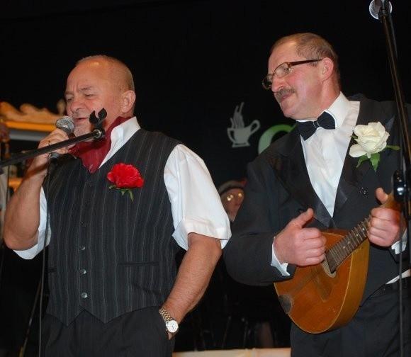 Burmistrz Andrzej Wojciechowski, na zdjęciu pierwszy z lewej, w repertuarze z lat dwudziestych ub. wieku. Na mandolinie akompaniuje mu senior z klubu Relax.