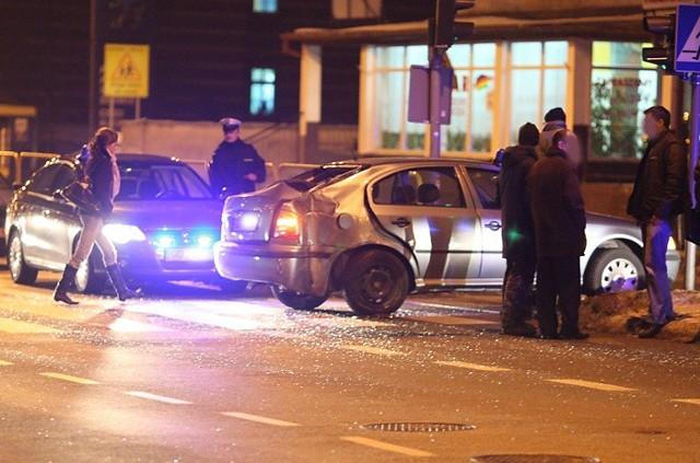 We wtorek okolo godziny 16.00 policjanci na sygnalach ścigali uciekający samochód BMW. Naleząca do nich nieoznakowana skoda wpadla na latarnie przy skrzyzowaniu ulic Szymanowskiego i Lutoslawskiego. Porzucone BMW funkcjonariusze znaleLli przy ul. Mieszka I.