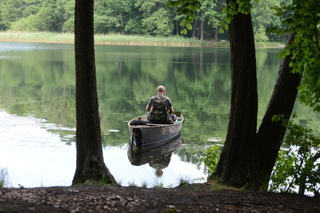 Czy w dobie epidemii koronawirusa można łowić ryby? Pytamy o to PZW i policję. (Zdjęcie ilustracyjne)