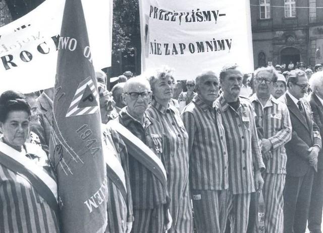 Kolejne zdjęcie wykonane w rocznicę wybuchu II wojny światowej. To zrobiono w 1979 roku. Na zdjęciu Polacy, którzy przeżyli obozy koncentracyjne.