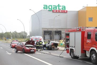 Wypadek Kolo Sklepu Agata Meble Auto Na Dachu Kierowca W Szpitalu
