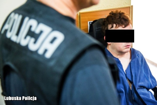 Przypomnijmy. O sprawie policjanci dowiedzieli się w niedzielę późnym wieczorem /19 maja/ od 14-letniego brata małoletniej oraz jego o trzy lata starszego kolegi. - Chłopcy zaniepokojeni losem 9-latki poszli jej szukać. Wybór ul. Małopolskiej w Gorzowie Wlkp. nie był przypadkowy. Właśnie tam miał mieszkać 24-letni mężczyzna, pod którego opieką miała znajdować się dziewczynka. Wszystko to za zgodą i wiedzą jej matki - informuje nadkom. Marcin Maludy, rzecznik prasowy KWP w Gorzowie Wlkp.Czytaj również: Horror w Gorzowie. 9-latka uwięziona w wersalce. Co tam się stało?!